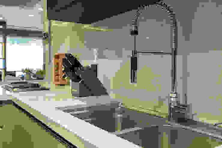 Moderne Küchen von LAM Arquitetura | Interiores Modern