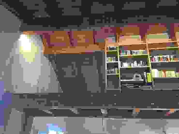 Soppalco con affaccio sul soggiorno ad uso libreria/studio URBAN GREEN SRL Studio in stile industriale Legno Effetto legno