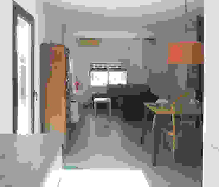 Estar-comedor desde la cocina Estudio1403, COOP.V. Arquitectos en Valencia Salas de estilo ecléctico