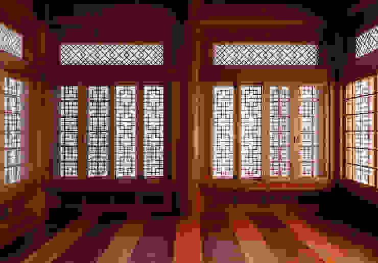 합천 이씨 종가 복원 신축공사 - 안채 아시아스타일 거실 by 성종합건축사사무소 한옥