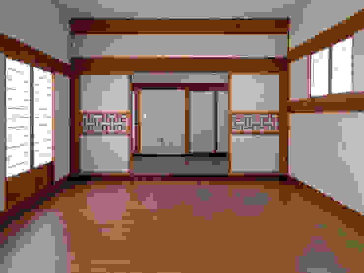 합천 이씨 종가 복원 신축공사 - 행랑채 내부 아시아스타일 거실 by 성종합건축사사무소 한옥