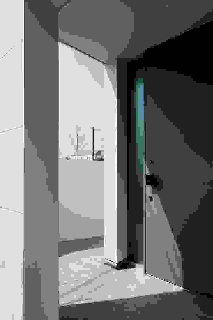 Corredores, halls e escadas minimalistas por 設計事務所アーキプレイス Minimalista Ferro/Aço