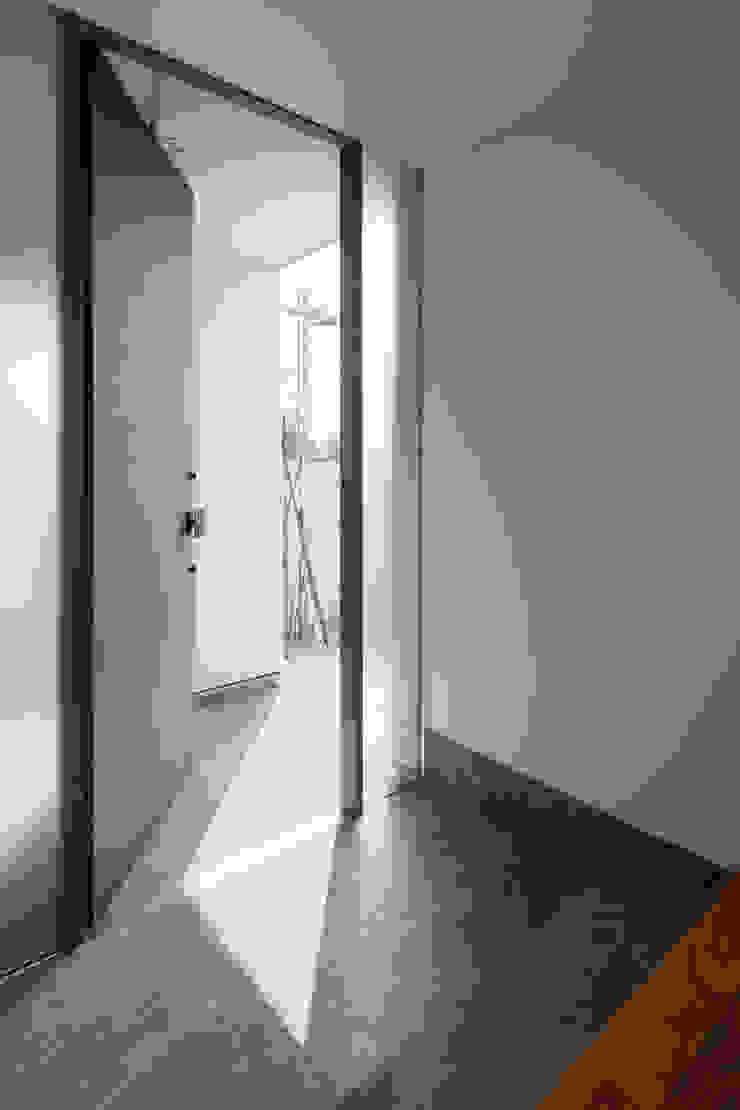 Corredores, halls e escadas minimalistas por 設計事務所アーキプレイス Minimalista