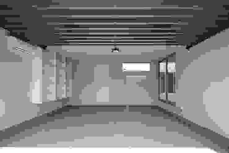 Garagens e edículas minimalistas por 設計事務所アーキプレイス Minimalista