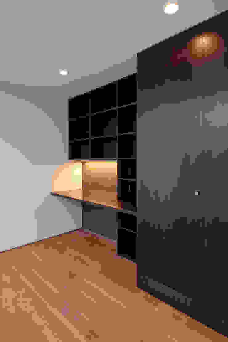 Escritórios minimalistas por 設計事務所アーキプレイス Minimalista