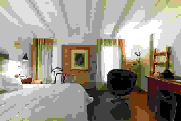 Ristrutturazione di una abitazione nel cuore del paese Michele Valdo Camera da letto in stile rustico