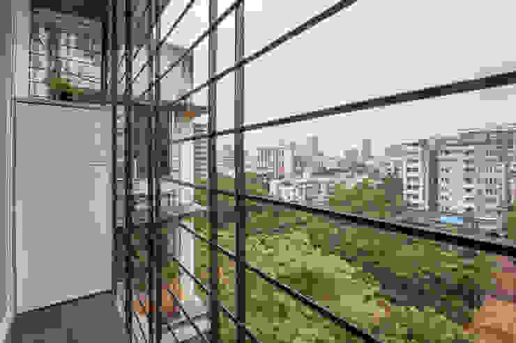 The look of the balcony :  Balcony by Sagar Shah Architects,