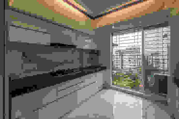 The kitchen:  Kitchen units by Sagar Shah Architects,