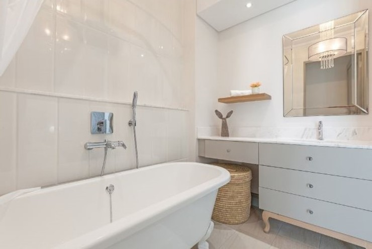 Large Bathroom Space:  Bathroom by decormyplace,