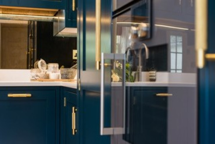 Hague blue painted shaker kitchen od Sculleries of Stockbridge Nowoczesny