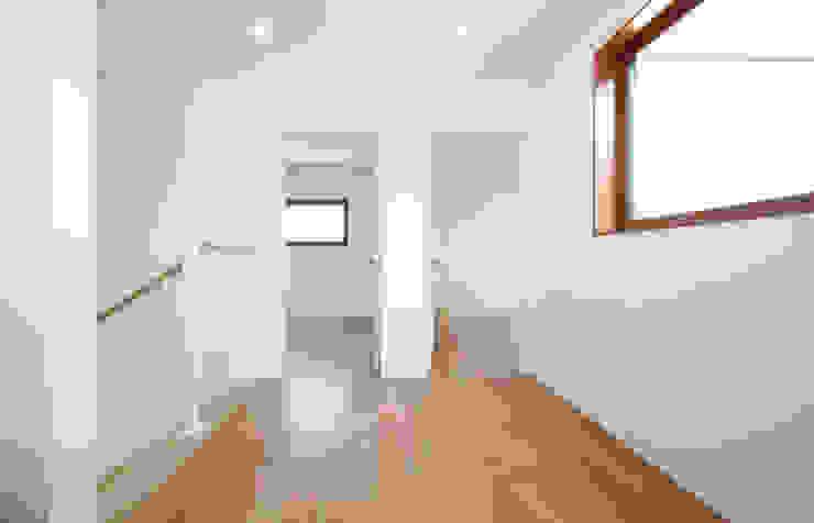 Modern corridor, hallway & stairs by 이우 건축사사무소 Modern