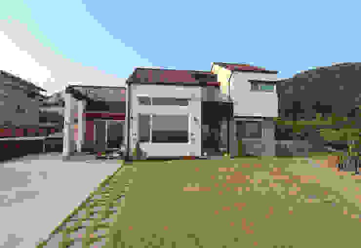 Moderne Häuser von 이우 건축사사무소 Modern