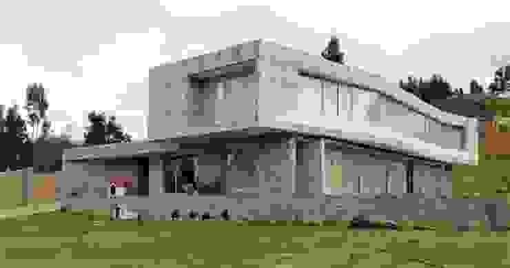 Fachada principal Brassea Mancilla Arquitectos, Santiago Chalets Concreto Gris