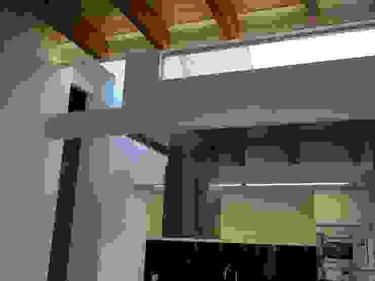 Lucernario de la cocina y iluminación LED Cocinas de estilo mediterráneo de Divers Arquitectura, especialistas en Passivhaus en Sabadell Mediterráneo