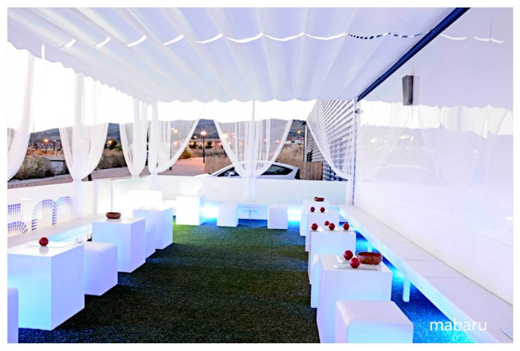 Balcones y terrazas de estilo moderno de Albergrass césped tecnológico Moderno