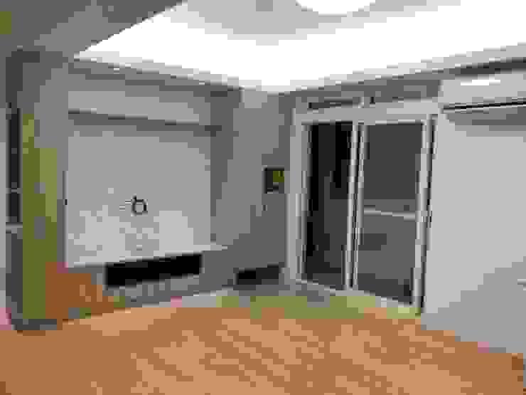 Гостиная в стиле модерн от 捷士空間設計(省錢裝潢) Модерн