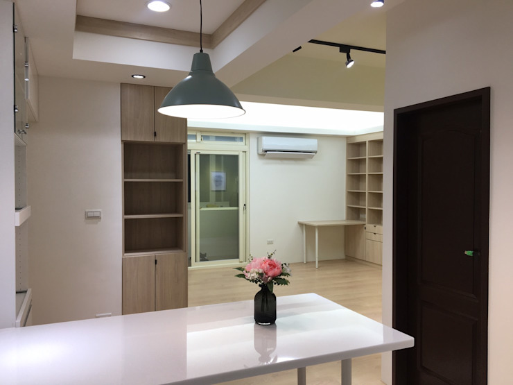 Столовая комната в стиле модерн от 捷士空間設計(省錢裝潢) Модерн