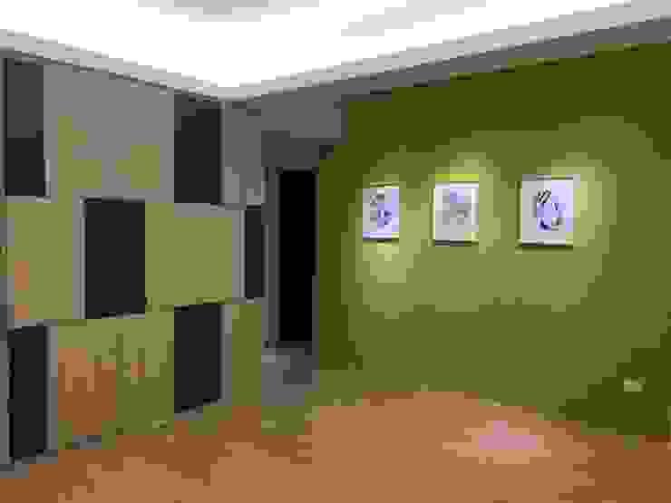 Коридор, прихожая и лестница в модерн стиле от 捷士空間設計(省錢裝潢) Модерн
