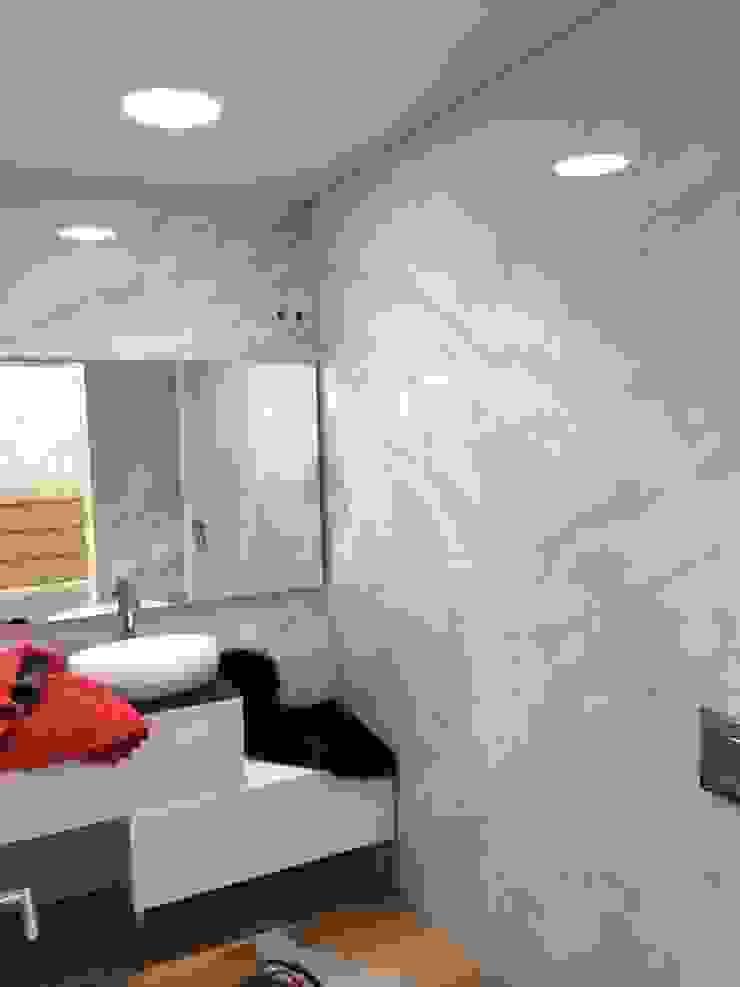 Aplicação casa de banho de Moradia - Exterior por Solatube Portugal Moderno