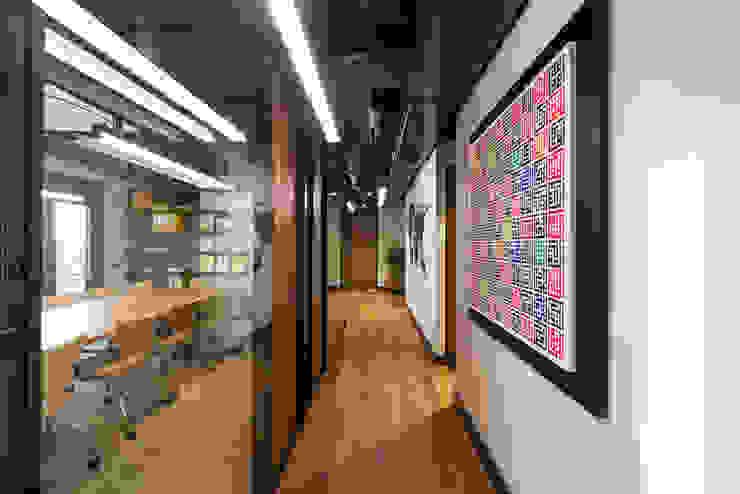 Toplantı Odası Koridoru / Sia Moore Merkez Ofis Sia Moore Archıtecture Interıor Desıgn Endüstriyel Cam