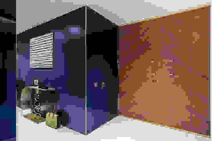 現代風玄關、走廊與階梯 根據 SAFRANOW 現代風