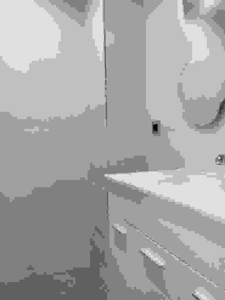 Modern bathroom by Obrisa Reformas y rehabilitaciones. Modern