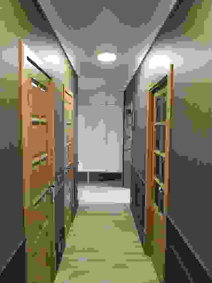 Pasillos, vestíbulos y escaleras de estilo clásico de ИП Жамойтины Светлана и Роланд Clásico Madera Acabado en madera