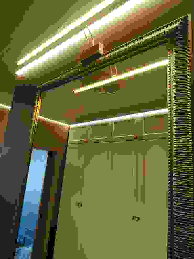 ทางเดินสไตล์คลาสสิกห้องโถงและบันได โดย ИП Жамойтины Светлана и Роланд คลาสสิค กระจกและแก้ว