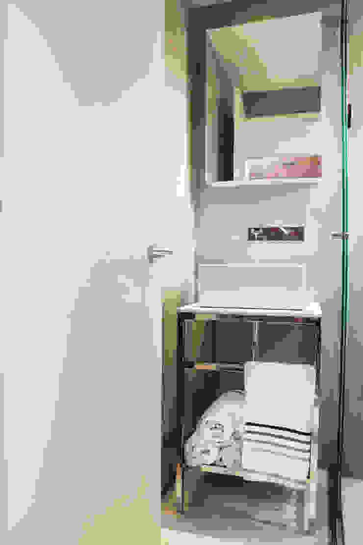 Minimalist style bathrooms by CHAVARRO ARQUITECTURA Minimalist Concrete