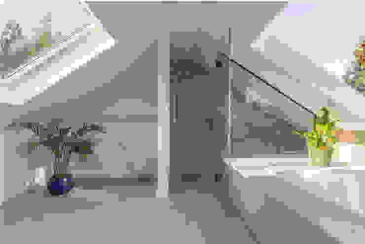 S /HE006 – Ide Hill, Sevenoaks – Private Residential Baños de estilo moderno de Studio HE (S /HE) Moderno Vidrio