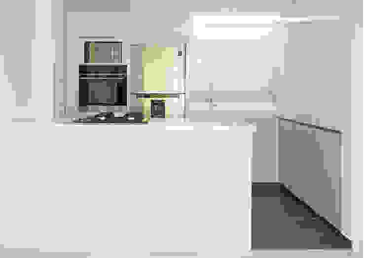 TikTAK ARQUITECTOS Built-in kitchens White