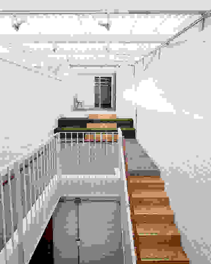 ARB conexión Pasillos, vestíbulos y escaleras de estilo moderno de entrearquitectosestudio Moderno Ladrillos