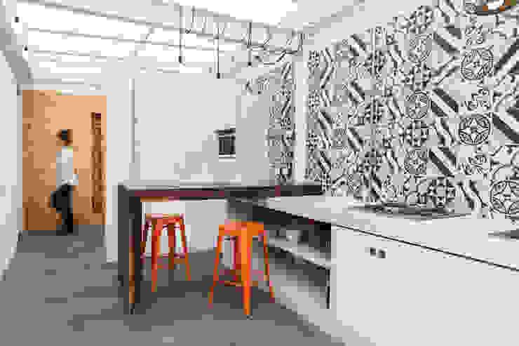 ARB cocina Cocinas modernas de entrearquitectosestudio Moderno Azulejos