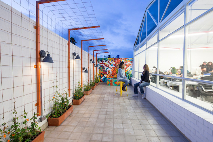 ARB terraza Balcones y terrazas de estilo moderno de entrearquitectosestudio Moderno Metal