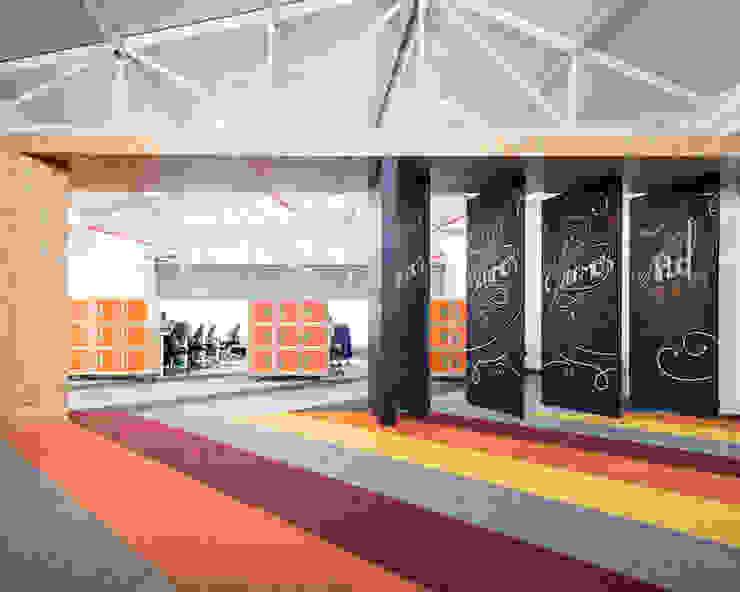 ARB espacios de transición Estudios y despachos de estilo moderno de entrearquitectosestudio Moderno Tableros de virutas orientadas