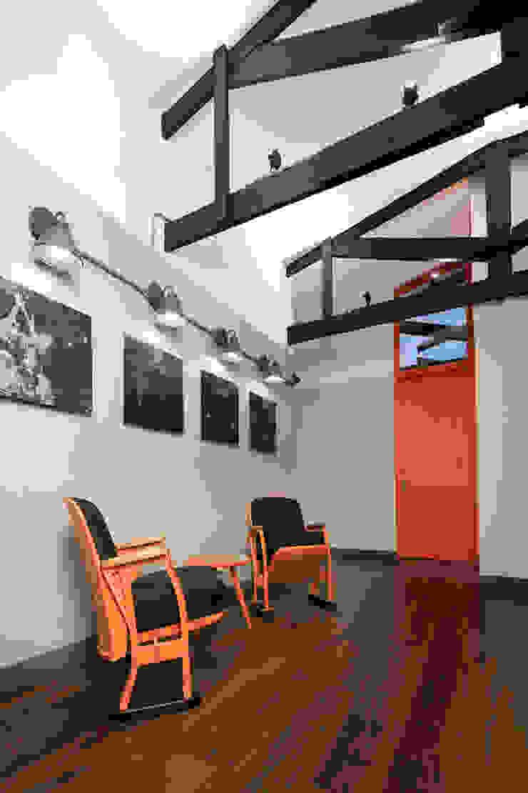 ARB espera Pasillos, vestíbulos y escaleras de estilo moderno de entrearquitectosestudio Moderno Madera Acabado en madera