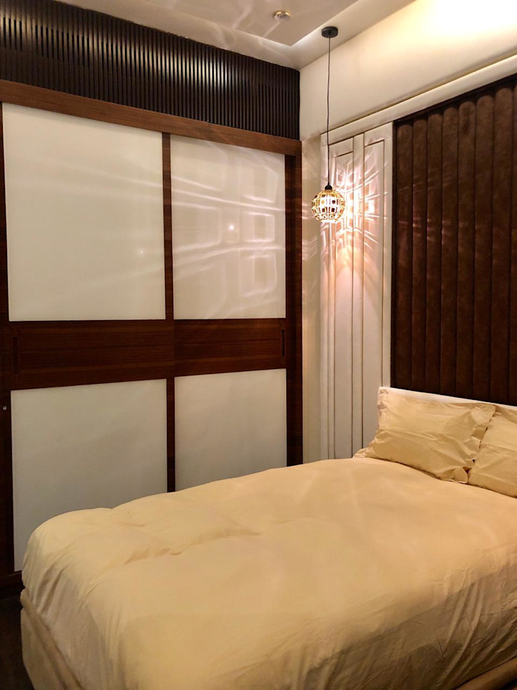 The wadrobe with backpainted glass and polished veneer Modern style bedroom by Sagar Shah Architects Modern