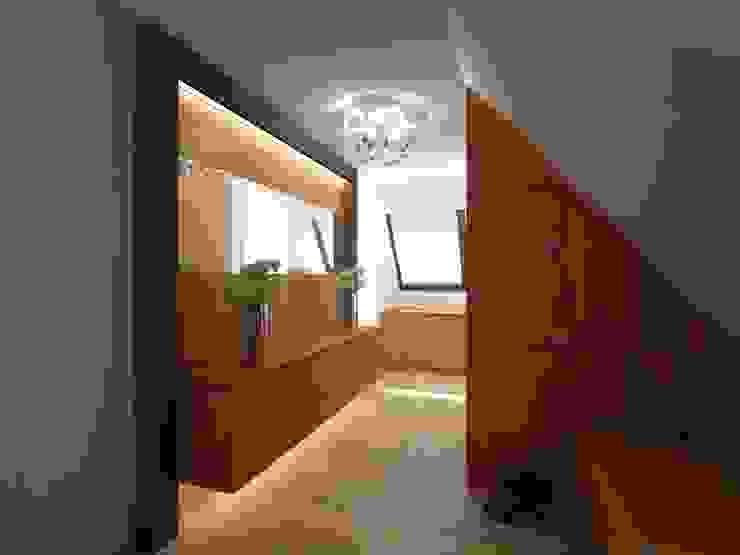 Modern Corridor, Hallway and Staircase by Anastasia Reicher Interior Design & Decoration in Wien Modern Wood Wood effect