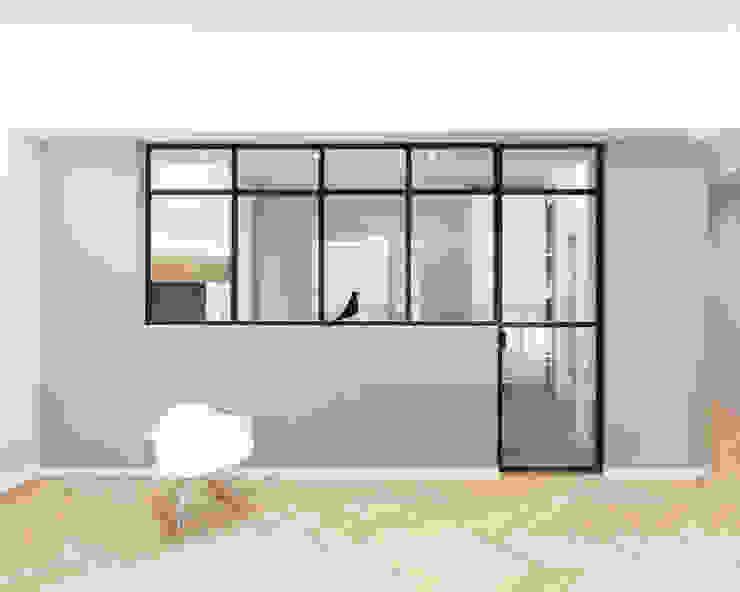 Vetrata divisoria tra soggiorno e cucina Soggiorno minimalista di PLUS ULTRA studio Minimalista Legno Effetto legno