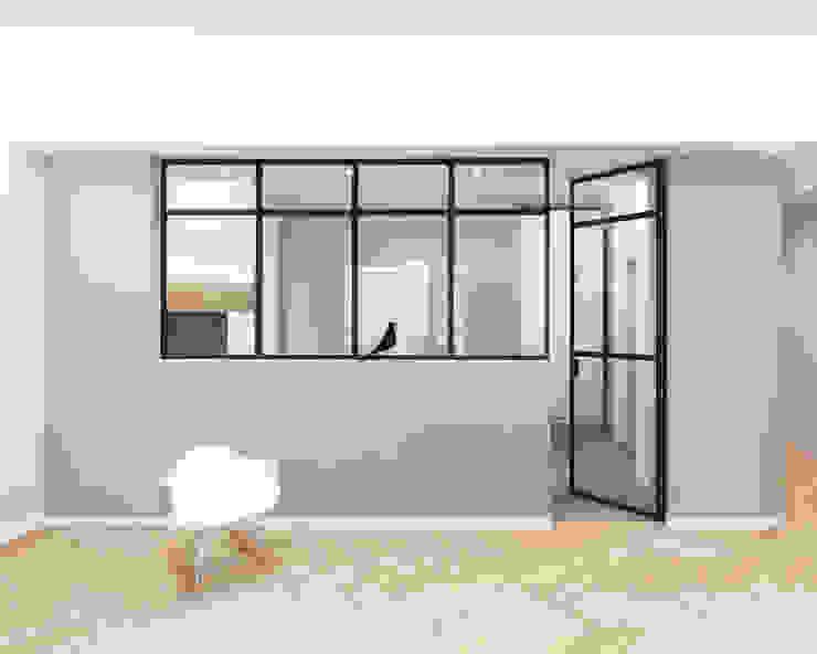Serramento tra soggiorno e cucina con porta a vetri Soggiorno minimalista di PLUS ULTRA studio Minimalista Legno Effetto legno