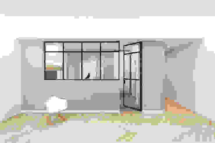 Cucina luminosa con vetrata su soggiorno di PLUS ULTRA studio Minimalista Legno Effetto legno