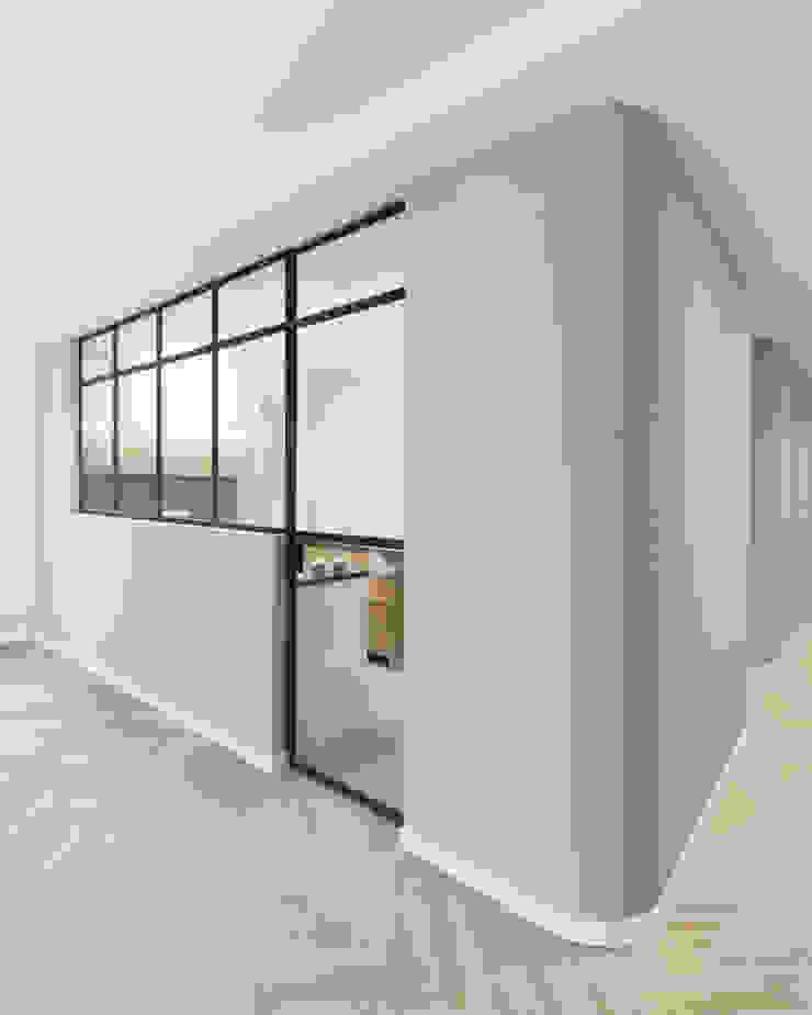 Porta a vetri tra cucina e soggiorno di PLUS ULTRA studio Minimalista Ferro / Acciaio
