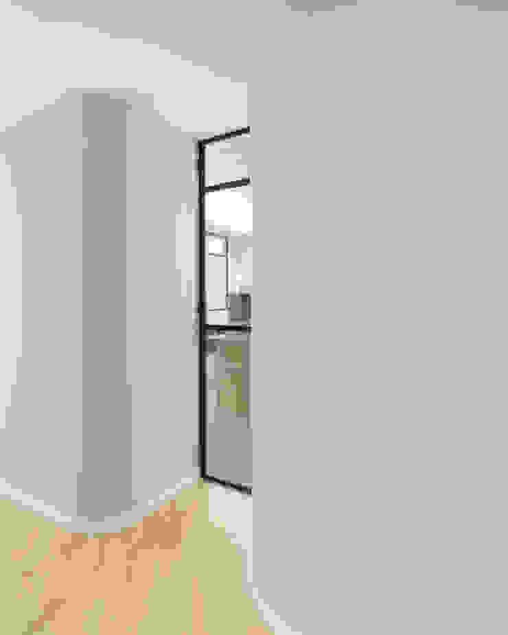 Porta a vetri cucina da ingresso di PLUS ULTRA studio Minimalista Ferro / Acciaio