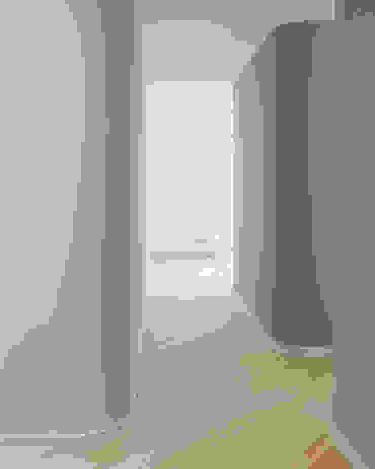 Ingresso verso il soggiorno Soggiorno minimalista di PLUS ULTRA studio Minimalista Legno Effetto legno