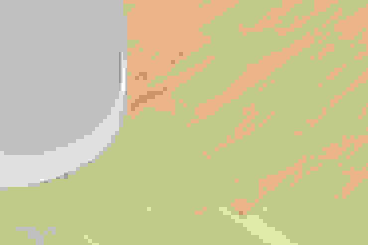 Dettaglio dell'angolo stondato e del parquet Soggiorno minimalista di PLUS ULTRA studio Minimalista Legno Effetto legno