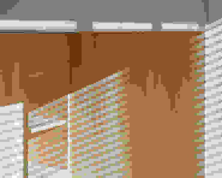 DMC | Round the Corner Apartment di PLUS ULTRA studio Minimalista Legno composito Trasparente