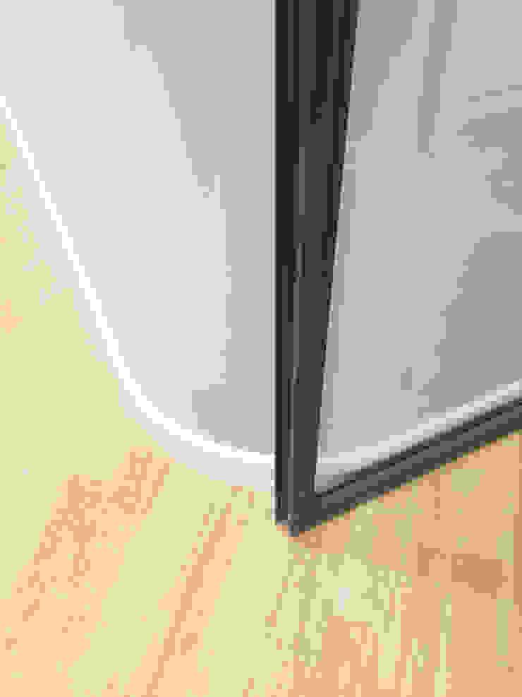 DMC | Round the Corner Apartment di PLUS ULTRA studio Minimalista Vetro