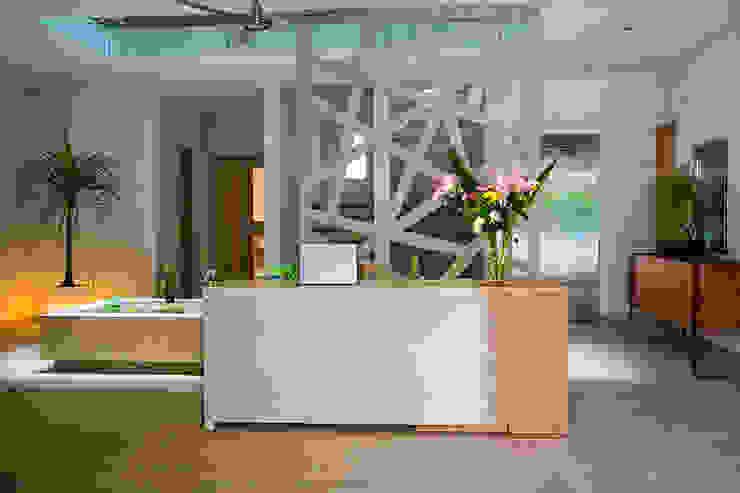 Andrea Loya Tropical style corridor, hallway & stairs