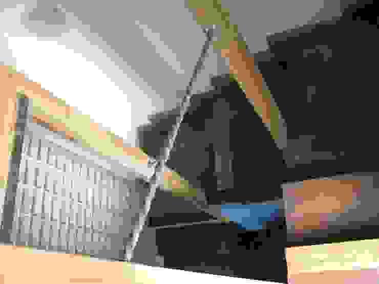 Escaleras de concreto liso cubiertas de madera, barandilla de acero, pared de ladrillos de vidrio ZOFFANO Escaleras