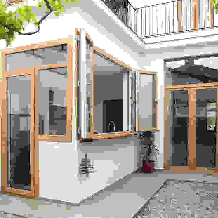 Barra a la terraza interior Paredes y suelos de estilo moderno de Divers Arquitectura, especialistas en Passivhaus en Sabadell Moderno